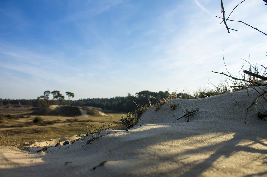 Zandverstuiving op de veluwe tijdens een mooie fietstocht